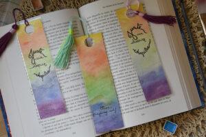Marque pages arc-en-ciel avec pompon fait à l'aquarelle
